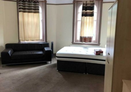 NO UPFRONT DEPOSIT, ROOMS AVAILABLE, SMETHWICK, ALL BILLS + WIFI INC,FULLY FURNISHED, DSS ACCEPTED!!